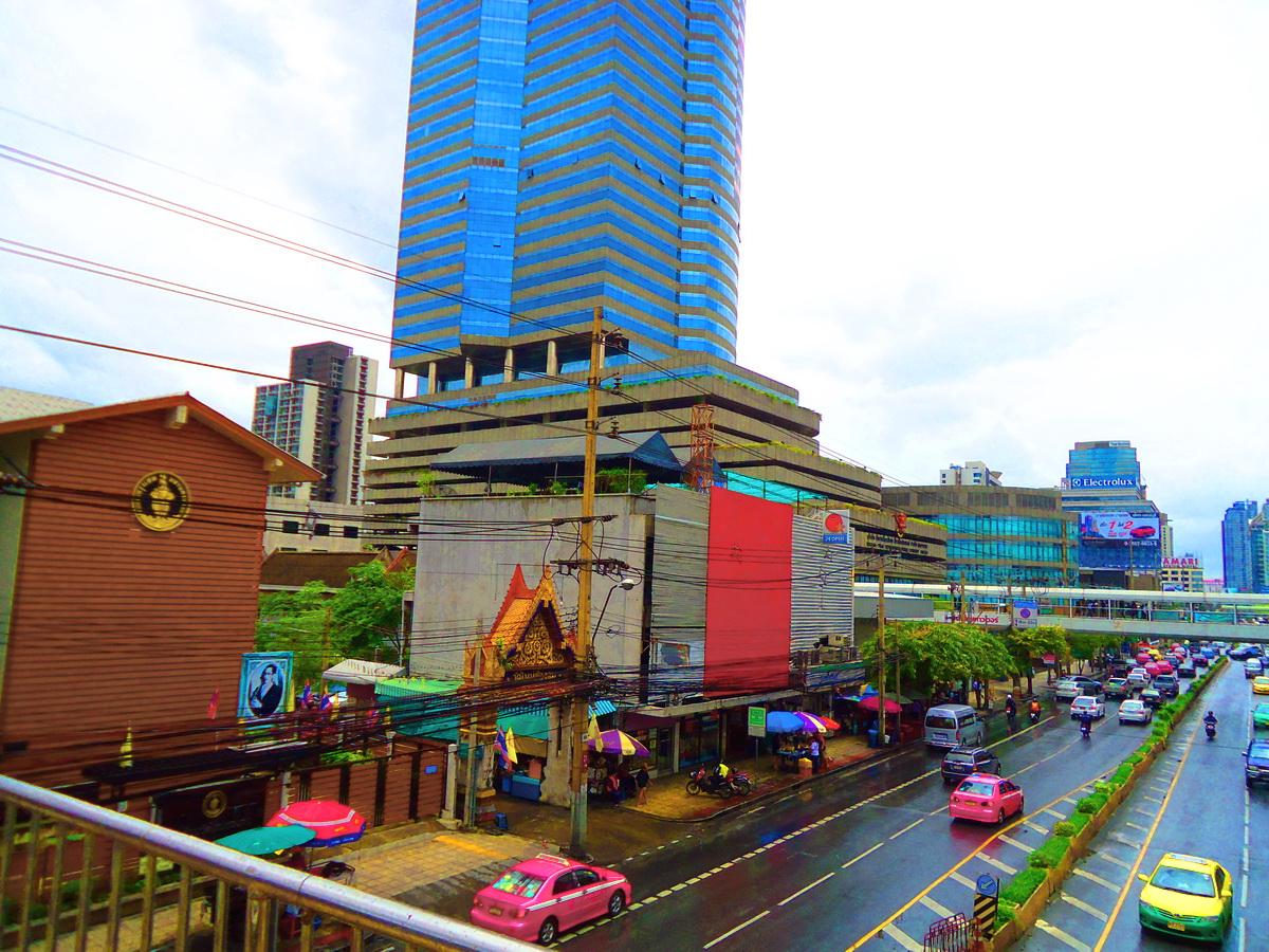 วัดใหม่ช่องลม (Wat Mai Chong Lom) ถนนเพชรบุรีตัดใหม่ แขวงบางกะปิ เขตห้วยขวาง จังหวัดกรุงเทพมหานคร 10310