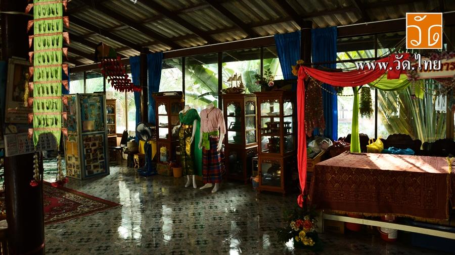 วัดเกาะ (Wat Koh) ตั้งอยู่เลขที่ 1 บ้านเกาะ หมู่ที่ 2 ตำบลบ้านเกาะ อำเภอเมืองสมุทรสาคร จังหวัดสมุทรสาคร 74000