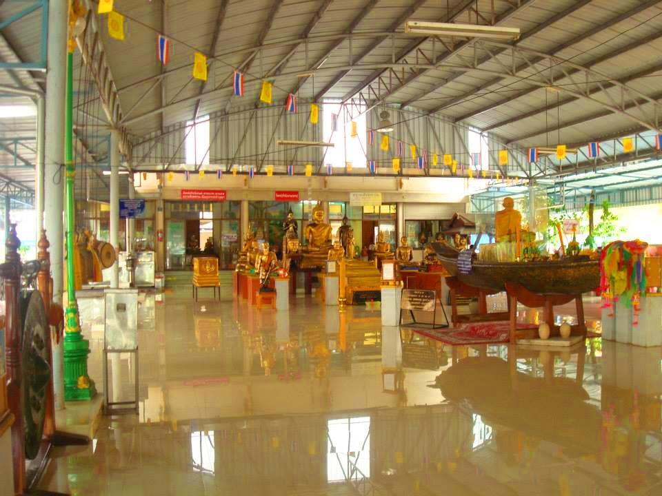 วัดลาดบัวขาว (Wat Lat Bua Khao) หรือ วัดราชโยธา 33 หมู่ 14 ริมถนนวงแหวนรอบนอก เขตสะพานสูง กรุงเทพมหานคร 10240