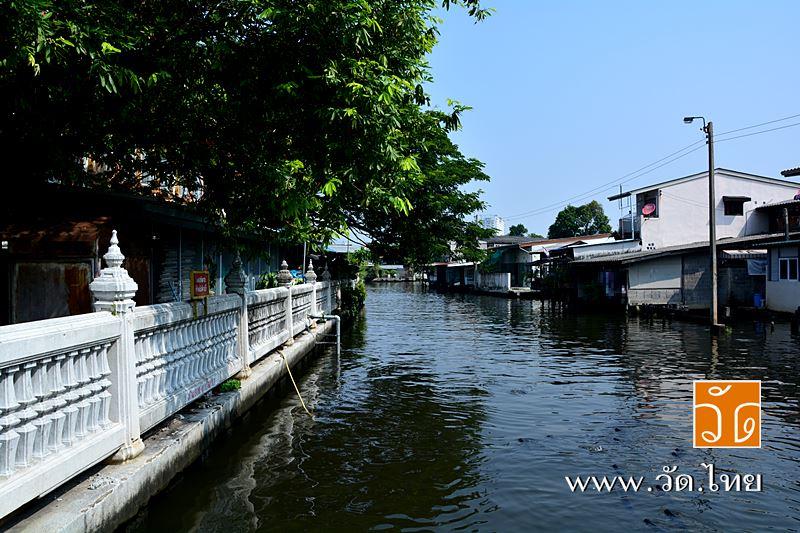 วัดปากน้ำ (Wat Paknam) ตั้งอยู่ เลขที่ 300 ถนนรัชมงคลประสาธน์ แขวงปากคลอง เขตภาษีเจริญ กรุงเทพมหานคร